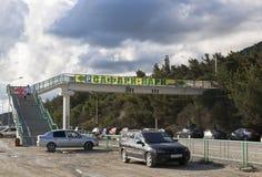Fot- overgroundpassage till och med Sukhumskoe huvudvägförbindande parkeringsplats och Safari Park i Gelendzhik, Krasnodar regio Arkivbild