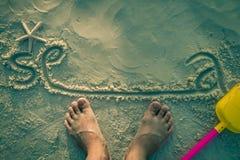 Fot på den vita sanden Arkivbild