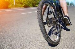 Fot på pedalen av cykeln Arkivfoton