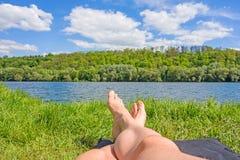 Fot på sjön/floden, äng/gräs Royaltyfri Fotografi