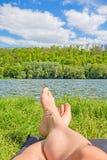 Fot på sjön/floden, äng/gräs Royaltyfri Foto