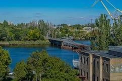 Fot- pontonbro över floden Ingul Nikolaev stad, Ukraina royaltyfri foto