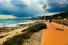 Fot- promenad vid det medelhavs- havet Arkivfoton