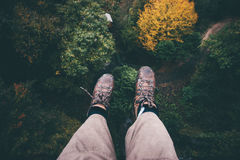 Fot selfie på klippan med flyg- sikt för skog Royaltyfria Foton