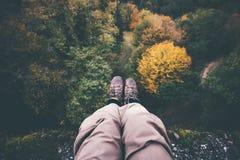 Fot selfie på klippan med flyg- sikt för skog Arkivbilder