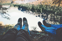 Fot selfiepar på klippan med sjö- och skogantennen Arkivbilder
