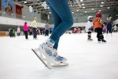 Fot skateboradåkare i rörelse på isisbanan med många Arkivfoto