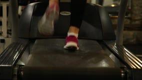Fot som kör på trampkvarnen stock video
