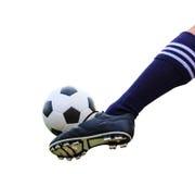 Fot som sparkar den isolerade fotbollbollen Arkivfoton