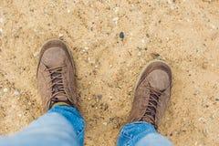 Fot som trekking kängor som fotvandrar för handelsresande den utomhus- lösa naturen Li bara Royaltyfria Bilder