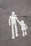 Fot- tecken som målas på vägen Arkivfoton