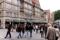 Fot- trafik för sommar på den Neuhaser gatan i Munich, Tyskland Fotografering för Bildbyråer