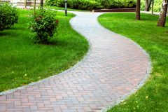Fot- trottoar stenlade med tegelplattor arkivbilder