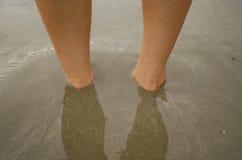 Fot under sanden Koppla av och spela Royaltyfri Foto