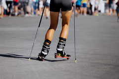 Fot ung kvinnlig idrottsman nen i skida-rulle Arkivbilder