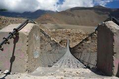 Fot- upphängningbro med konkreta kvarter av fästande över Kali Gandaki River Royaltyfri Fotografi