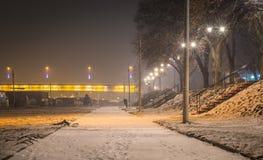 Fot- väg längs floden Sava, Belgrade Serbien Royaltyfri Bild