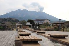 Fotbad i Japan framme av den aktiva vulkan royaltyfri bild