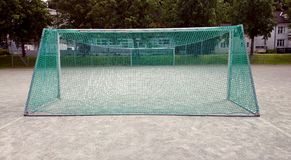 Fotball-nett, das auf Spielplatz steht Lizenzfreies Stockbild