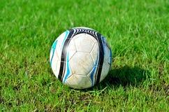 Fotboll av på grönt gräs Royaltyfri Bild