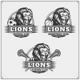 Fotboll, baseball och hockeylogoer och etiketter Emblem för sportklubba med huvudet av lejonet Royaltyfri Fotografi
