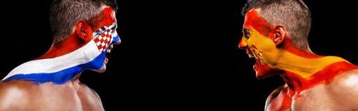 Fotboll eller fotbollsfanidrottsman nen med bodyart på framsidan - flaggor av Kroatien vs Spanien Sportbegrepp med copyspace nati arkivbild