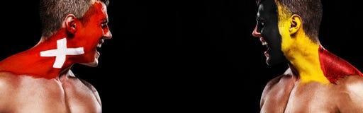 Fotboll eller fotbollsfanidrottsman nen med bodyart på framsidan - flaggor av Schweiz vs Belgien Sportbegrepp med copyspace royaltyfria bilder