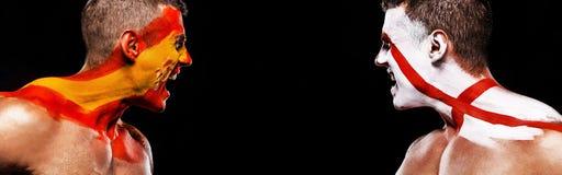 Fotboll eller fotbollsfanidrottsman nen med bodyart på framsidan - flaggor av Spanien vs England Sportbegrepp med copyspace natio royaltyfri fotografi