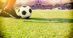 Fotboll eller fotbollsspelareanseende med bollen på fältet för Ki royaltyfri fotografi