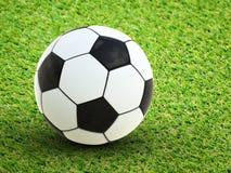 fotboll för bollgräsgreen royaltyfri fotografi