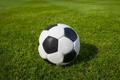 fotboll för burning exponeringsglas för aquaboll Arkivfoton