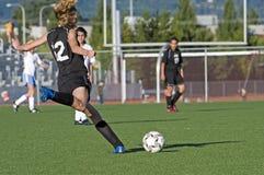 fotboll för flickajv-kick fotografering för bildbyråer