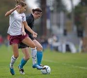 fotboll för flickor för bollkontroll Fotografering för Bildbyråer