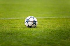 fotboll för green för bollfält arkivfoto