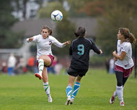 fotboll för passerande för bollkontroll Arkivbilder