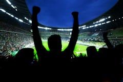 Fotboll fotbollfans stöttar deras lag Arkivbild