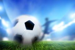 Fotboll fotbollsmatch. En spelareskytteboll på mål Royaltyfri Fotografi