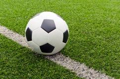 Fotboll i fältstadion på beside linjen. Arkivfoto