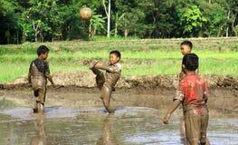 Fotboll i gyttjan Royaltyfri Fotografi