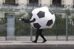 Fotboll klumpa ihop sig förklädnad Royaltyfri Bild