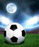 Fotboll klumpa ihop sig i gräs Royaltyfri Fotografi