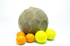 Fotboll med den isolerade tennisbollen och apelsiner Arkivfoton