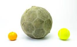 Fotboll med den isolerade tennisbollen och apelsiner Arkivfoto