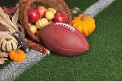 Fotboll med en ymnighetshorn på gräsfält Royaltyfri Fotografi