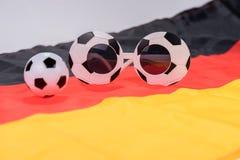 Fotboll- och abstrakt begreppexponeringsglas på den tyska flaggan Arkivbilder