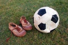 Fotboll och gammal shose Royaltyfri Fotografi