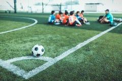 Fotboll på hörnet för hörnspark Arkivfoto