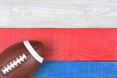 Fotboll på rött, vitt, blåtttabell Arkivbild