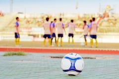 Fotboll på sportfältet Royaltyfri Fotografi