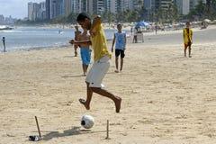 Fotboll på stranden, stad Recife, norr Brasilien Arkivfoton